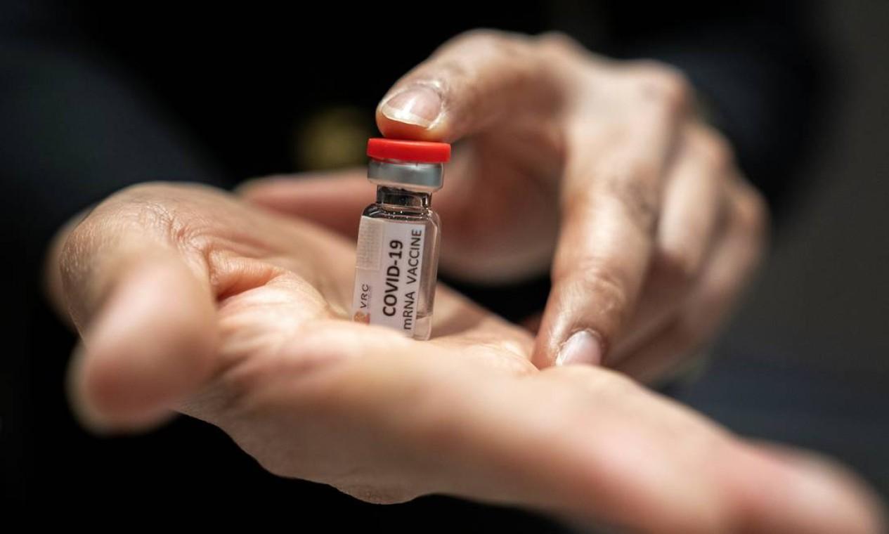 Um pesquisador exibe uma vacina no Centro Nacional de Pesquisa de Primatas da Universidade Chulalongkorn, na província de Saraburi, na Tailândia, em 22 de junho Foto: ATHIT PERAWONGMETHA / REUTERS