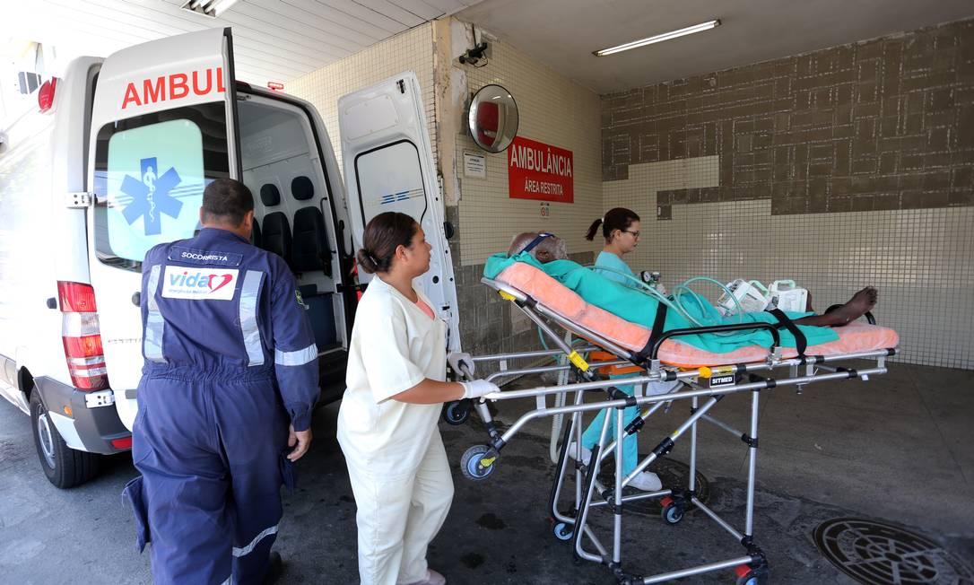 Ambulância deixa paciente no hospital Getúlio Vargas, no Rio, antes da Covid-19 Foto: Guilherme Pinto / Agência O Globo