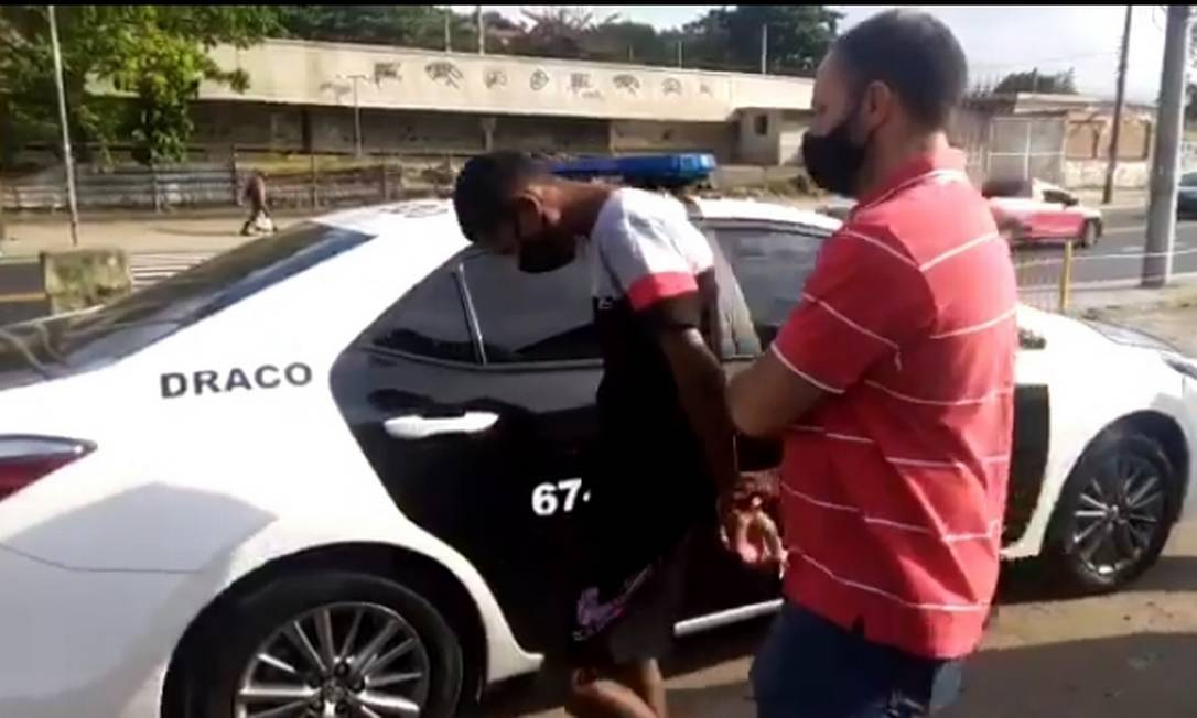 Momento em que suspeito é levado por policial da DRACO Foto: Reprodução