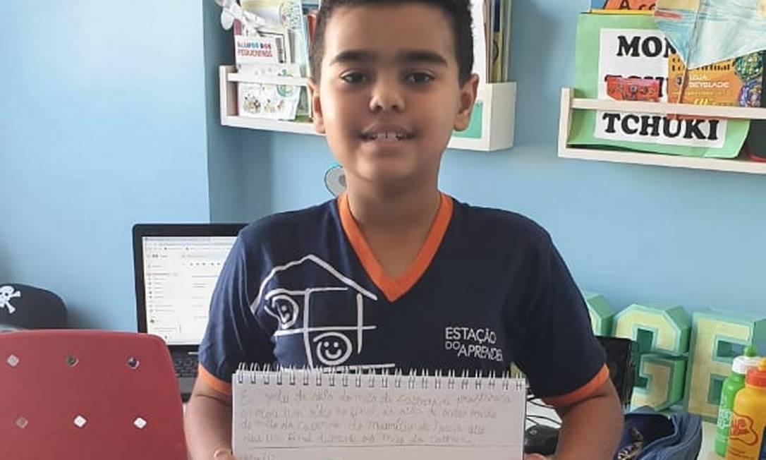 """Jorge Monteiro com atividade inspirada em """"O mito da caverna"""". Foto: Divulgação / Eestação do aprender"""