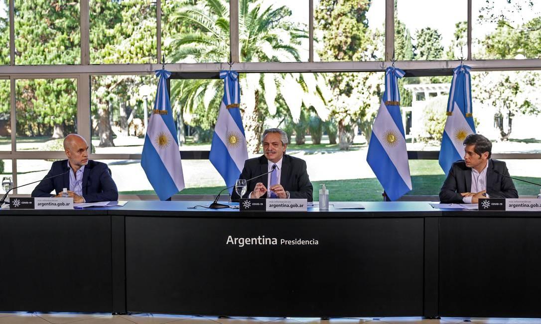 O presidente Alberto Fernández, ao centro, com o chefe do governo de Buenos Aires, Horacio Rodríguez Larreta, e o governador Axel Kicillof, durante anúncio sobre a quarentena no país Foto: ESTEBAN COLLAZO / AFP