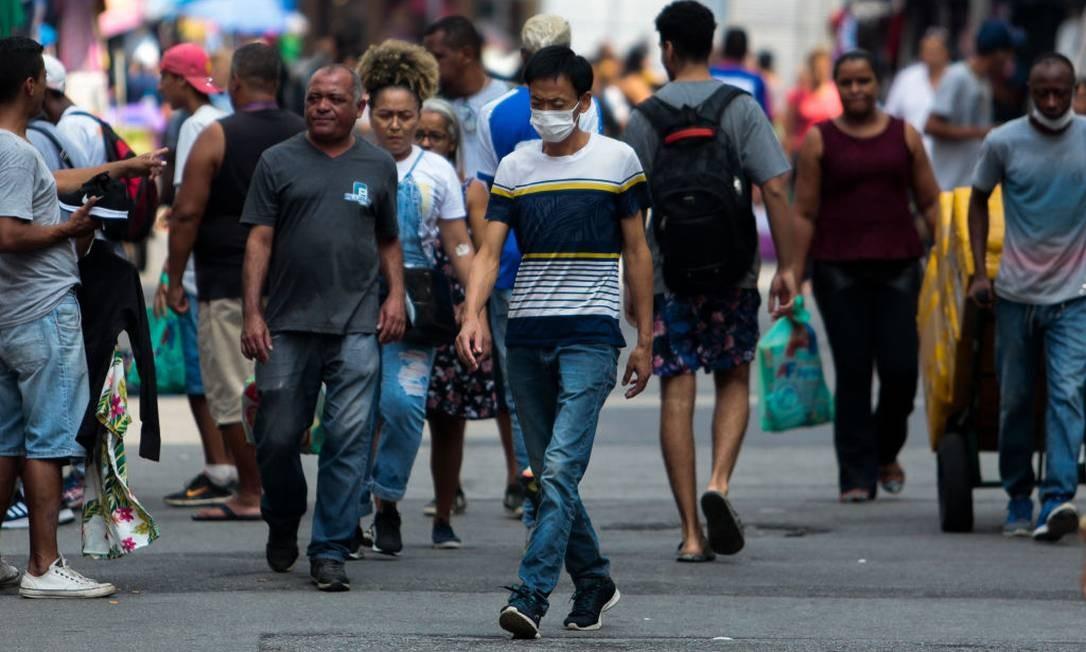 Homem usa máscara de proteção nas ruas de São Paulo Foto: Miguel Schincariol / Getty Images