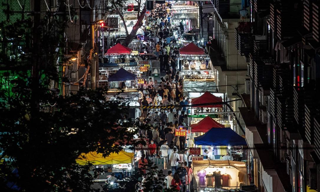 Mercado noturno em Wuhan, na China: primeiros casos conhecidos no novo coronavírus foram registrados na cidade Foto: AFP/3-6-2020