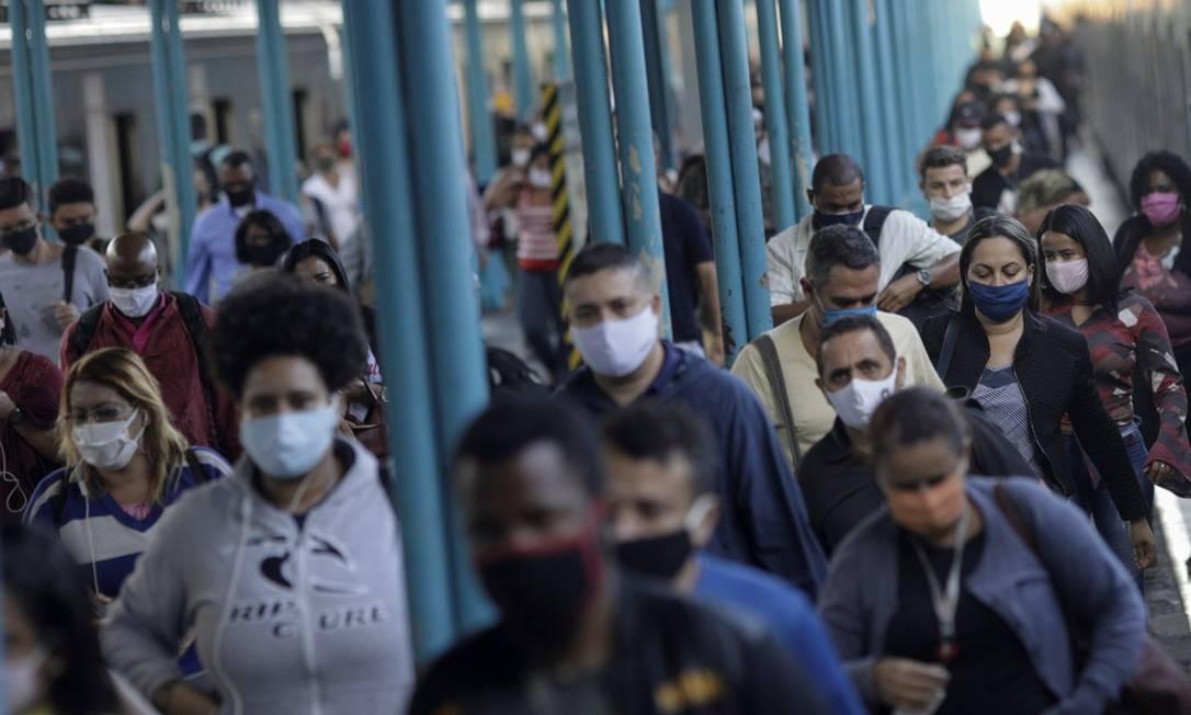 Passageiros descem do trem usando máscaras na estação da Central do Brasil. Foto: RICARDO MORAES / REUTERS