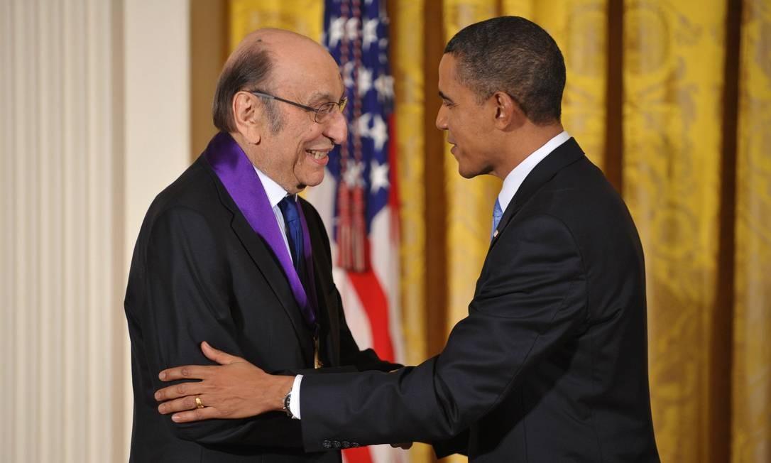 Milton Glaser recebendo a Medalha Nacional de Artes das m?os do presidente Barack Obama, em 2010 Foto: MANDEL NGAN / AFP