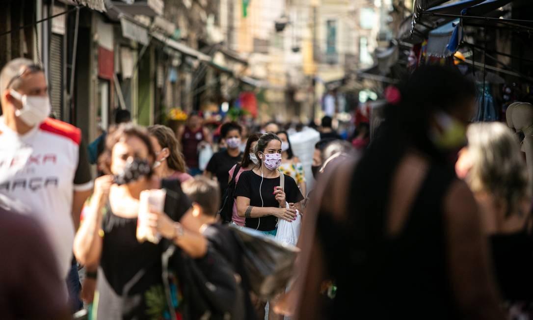 Aglomeração na Saara: No primeiro dia da reabertura do comércio de rua, muita gente saiu de casa Foto: Hermes de Paula / Agência O Globo