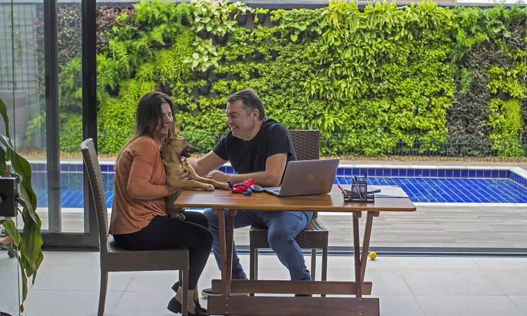 Rogério, com a esposa Monica na foto, trabalha em sua casa de Alphaville. Foto: Edilson Dantas / Agência O Globo