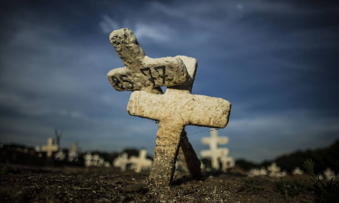 Números assustadores: covas rasas em área do Cemitério do Caju na qual foram enterradas vítimas do coronavírus Foto: Guito Moreto em 23-6-2020 / Agência O Globo