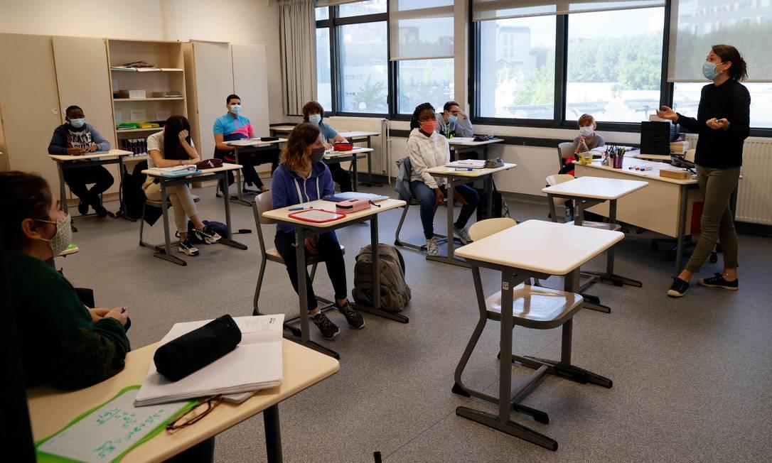 Distanciamento na vida real: turma de ensino médio de Boulogne-Billancourt, na França, com distanciamento em sala de aula Foto: THOMAS SAMSON/AFP / THOMAS SAMSON/AFP