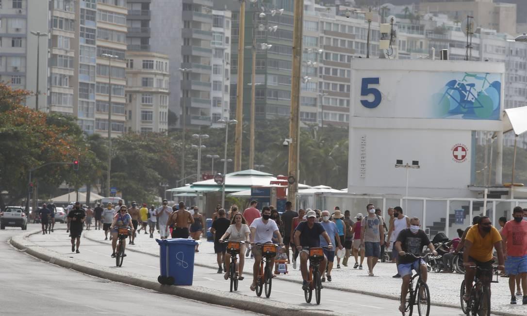 Apesar do tempo nublado,domingo foi movimentado na praia de Copacabana Foto: Fabiano Rocha / Fabiano Rocha