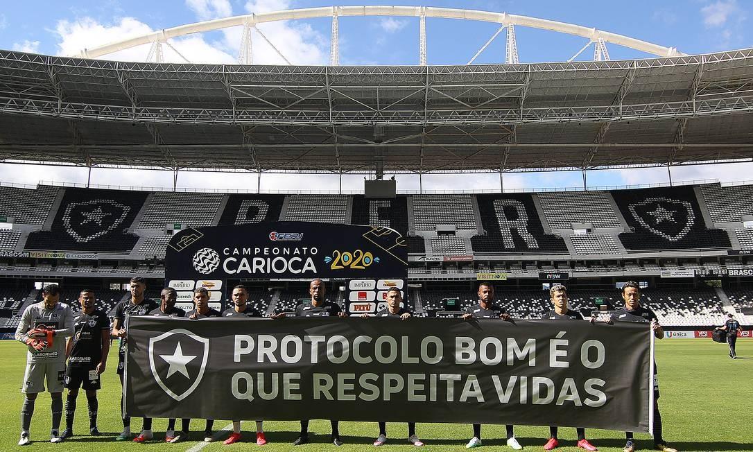 Jogadores entraram em campo com mensagem de protesto Foto: Vitor Silva/Botafogo