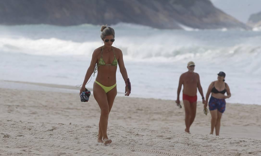 Nem os termômetros que marcavam 22° nem as nuvens que depois encobriram o céu espantou pedrestes e banhistas das praias de Copacabana e Ipanema Foto: FABIANO ROCHA / Agência O Globo