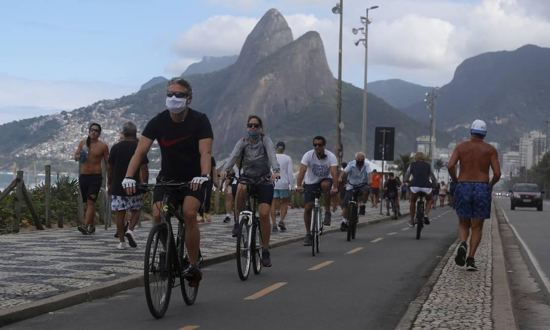 Ciclistas em Ipanema. Movimentação intensa também no calçadão neste domingo, apesar do tempo instável Foto: FABIANO ROCHA / Agência O Globo