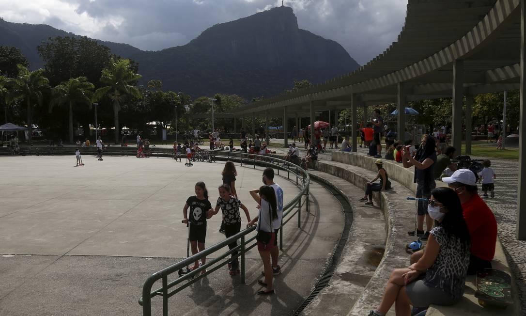 Movimento também foi intenso de famílias com crianças no Parque dos Patins, na Lagoa Foto: FABIANO ROCHA / Agência O Globo