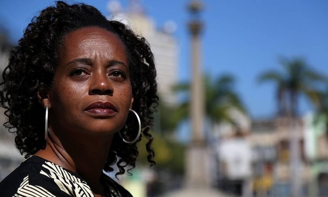 A escritora Eliana Alves Cruz no Cais do Valongo Foto: Custódio Coimbra / Agência O Globo