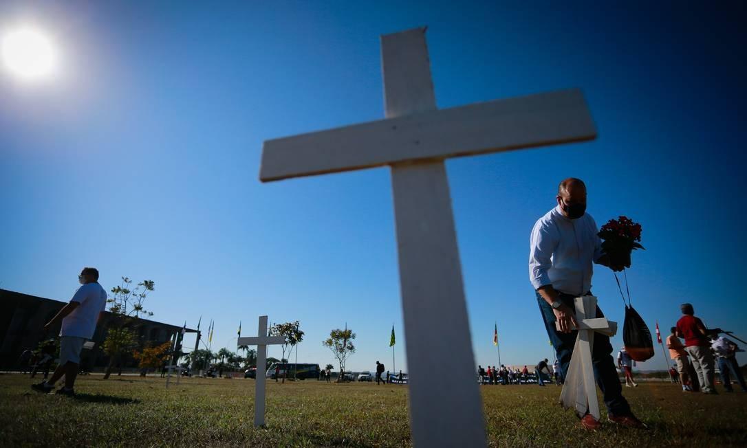 Grupo instala cruzes no gramado da Esplanada dos Ministérios em homenagem às vítimas da Covid-19 no país Foto: Pablo Jacob / Agência O Globo
