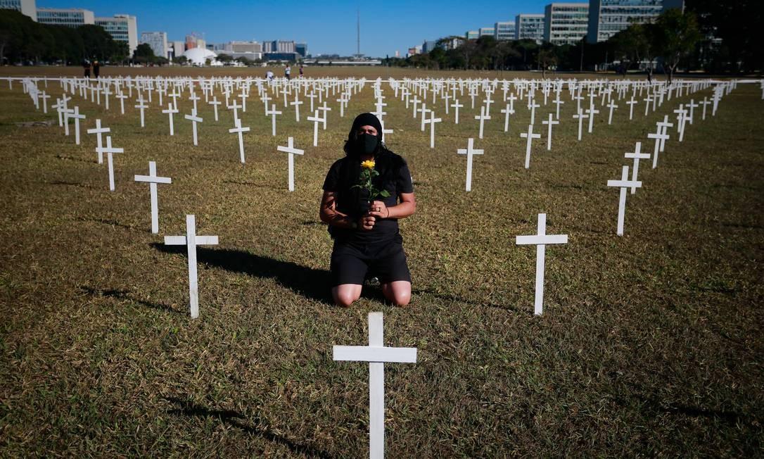 Ato no gramado, em frente ao Congresso Nacional, em homenagem às vitímas da Covid- 19 Foto: Pablo Jacob / Agência O Globo