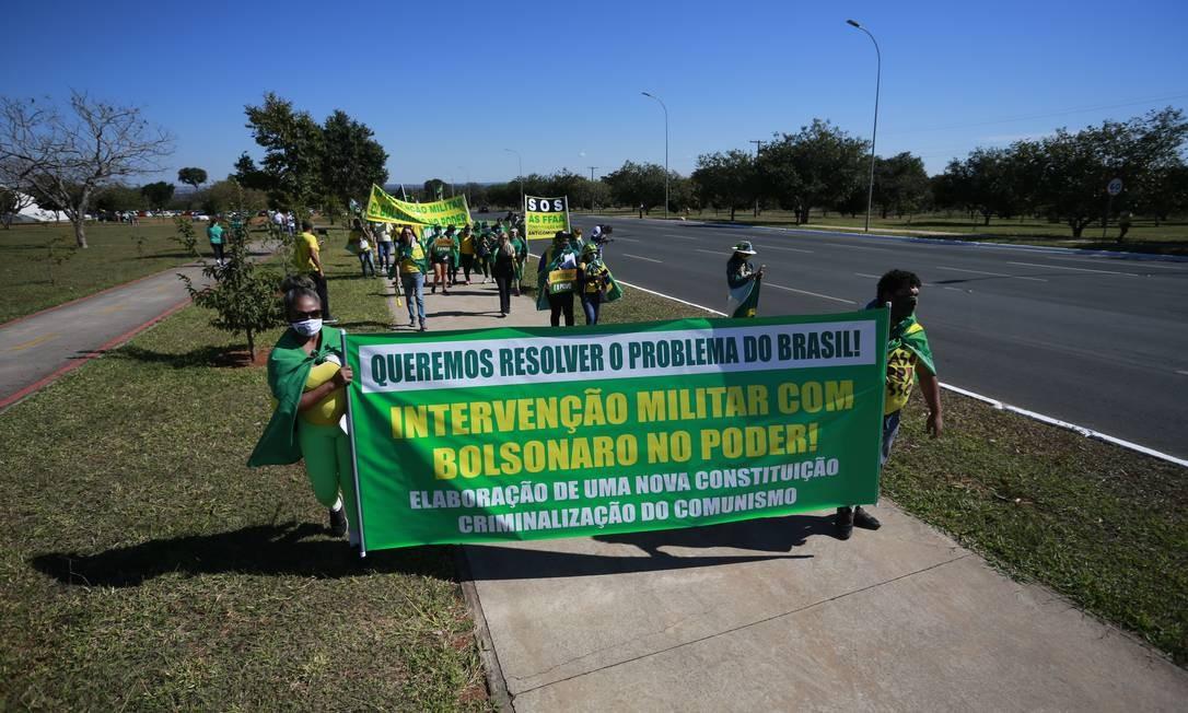 Em outro ato, apoiadores do presidente pediam 'Intervenção Militar com Bolsonaro no Poder' Foto: Pablo Jacob / Pablo Jacob
