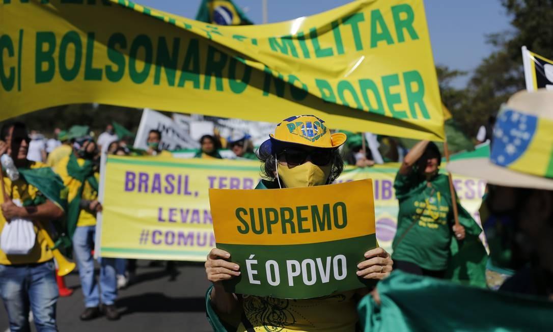 """Manifestantes portavam várias faixas, com os dizeres como """"Nós exigimos intervenção militar com Bolsonaro no poder"""", """"Tribunal Militar para prender e julgar todos os comunistas"""" e """"SOS F.A Bolsonaro no poder"""" Foto: Pablo Jacob / Pablo Jacob"""
