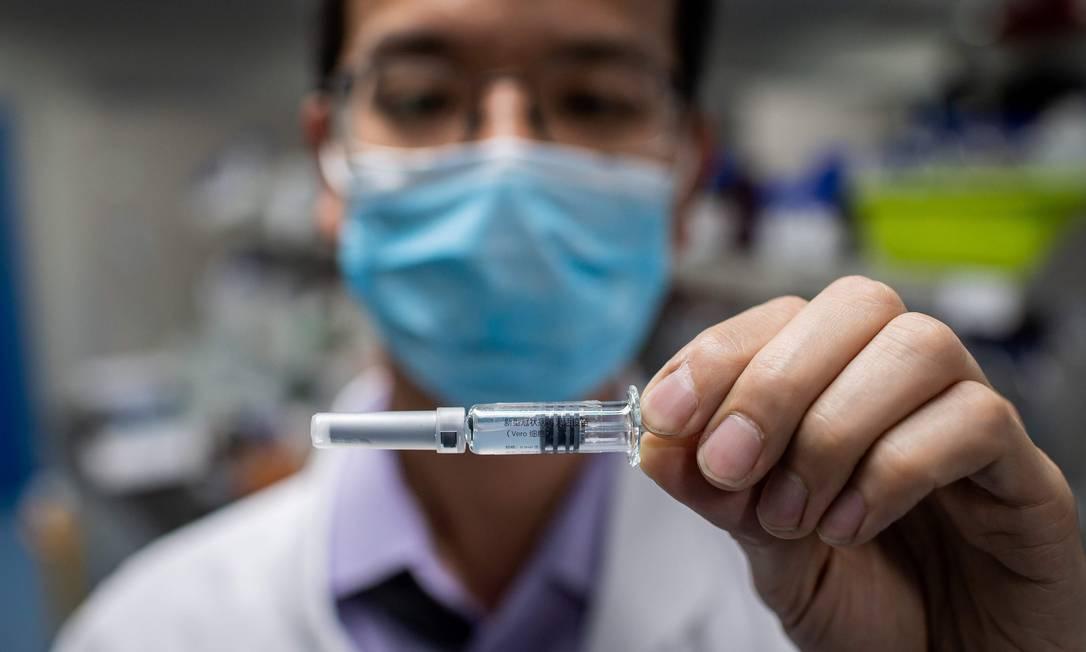 Um dos testes para vacina contra novo coronavírus, produzido em laboratório na China Foto: NICOLAS ASFOURI / AFP