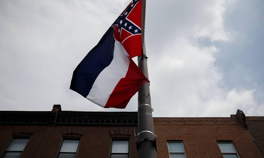 Bandeira do Mississipi ainda com o símbolo dos confederados; flâmula será mudada Foto: PATRICK T. FALLON / AFP