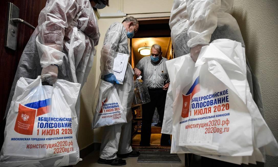 Um eleitor vota em uma urna móvel durante a votação antecipada em um referendo que pode estender o mandato do presidente Vladimir Putin, no Kremlin, em Moscou Foto: ALEXANDER NEMENOV / AFP