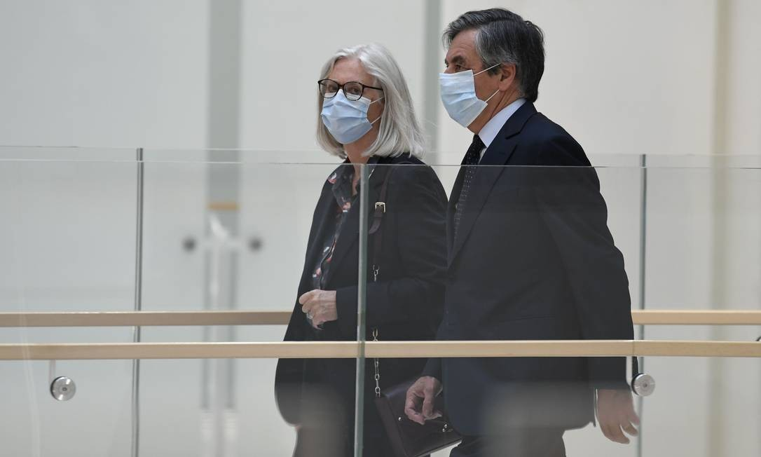 O ex-primeiro-ministro francês François Fillon e sua esposa, Penelope Fillon, chegam ao tribunal de Paris para decidir sobre um julgamento por peculato em um caso de suposta fraude no emprego Foto: BERTRAND GUAY / AFP