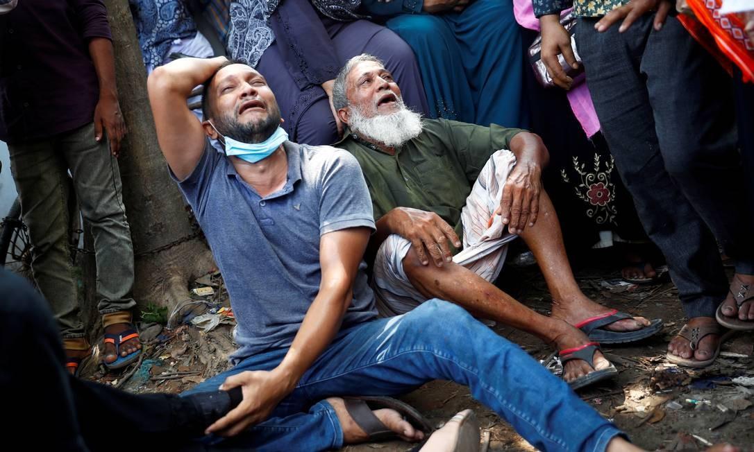 Parentes das vítimas choram depois que uma balsa de passageiros afundou no rio Buriganga, em Dhaka, Bangladesh Foto: MOHAMMAD PONIR HOSSAIN / REUTERS