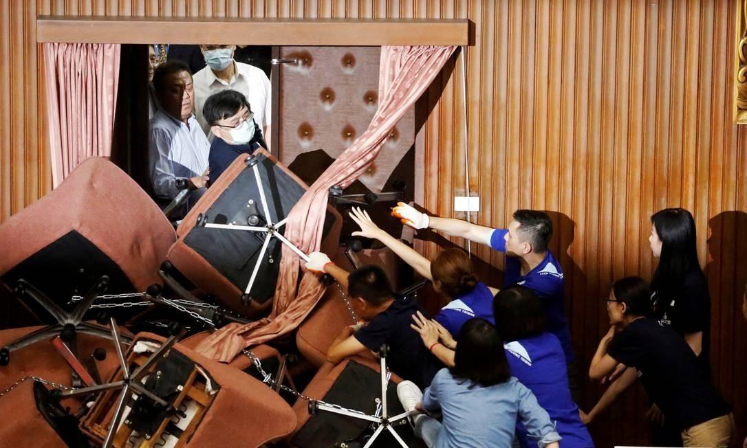 Legisladores do Partido Progressista Democrático, no poder de Taiwan, brigam com os parlamentares do partido principal da oposição, Kuomintang, que ocupam o Legislativo Yuan, em Taipei Foto: ANN WANG / REUTERS