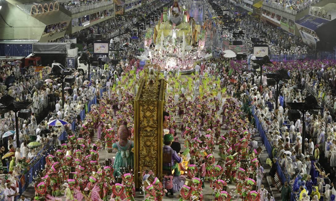 O desfile da Mangueira no carnaval de 2015 Foto: Cezar Loureiro / Agência O Globo / 15-02-2015