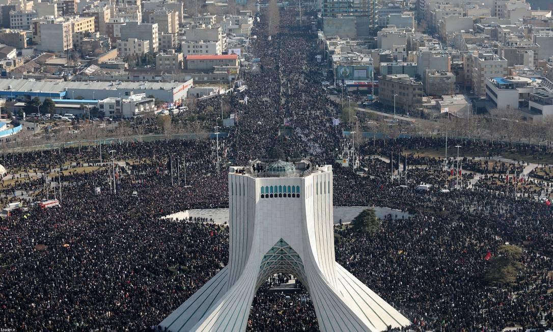 Foto de 6 de janeiro mostra multidão que acompanha a procissão fúnebre em Teerã para o general iraniano Qasem Soleimani, morto pelo ataque aéreo americano em Bagdá, no Iraque Foto: - / AFP
