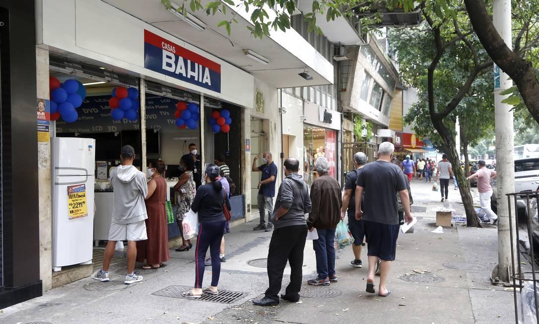 Clientes de loja de varejo em Copacabana aguardam em fila para poder entrar; comerciantes devem obedecer protocolo Foto: Fabio Rossi / Agência O Globo
