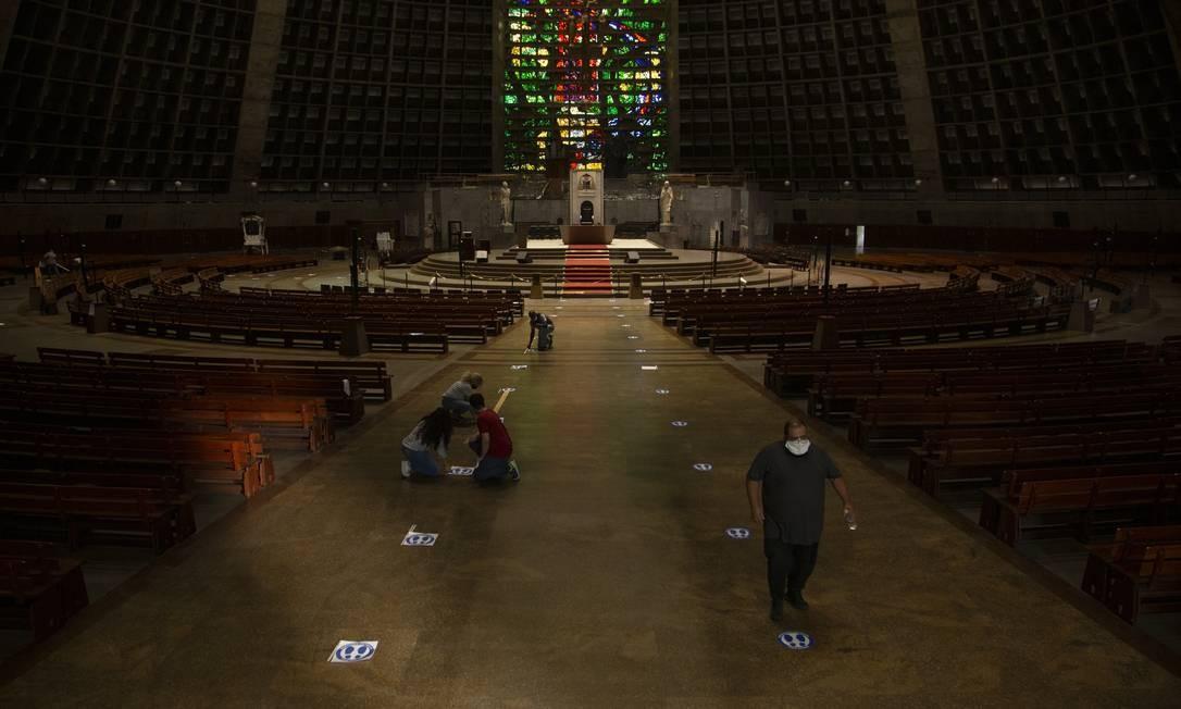 Na Catedral Metropolitana, marcadores de distância são instalados no chão e nos bancos: templo reabrirá com um terço da capacidade Foto: Gabriel Monteiro / Agência O Globo