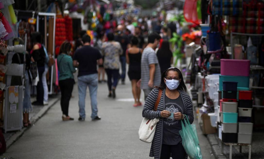 Flexibilização: pessoas fazem compras no Saara, um dos principais locais de comércio popular, no Centro do Rio. Foto: LUCAS LANDAU / REUTERS