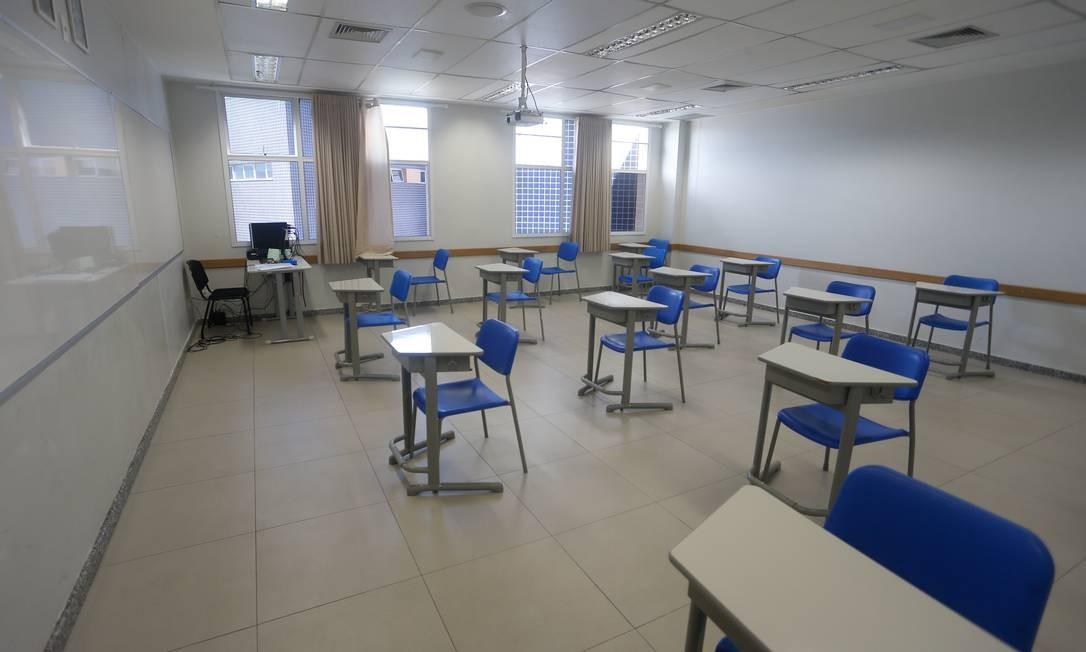 As carteiras de uma escola privada já arrumadas dentro do protocolo Foto: ROBERTO MOREYRA / Agência O Globo