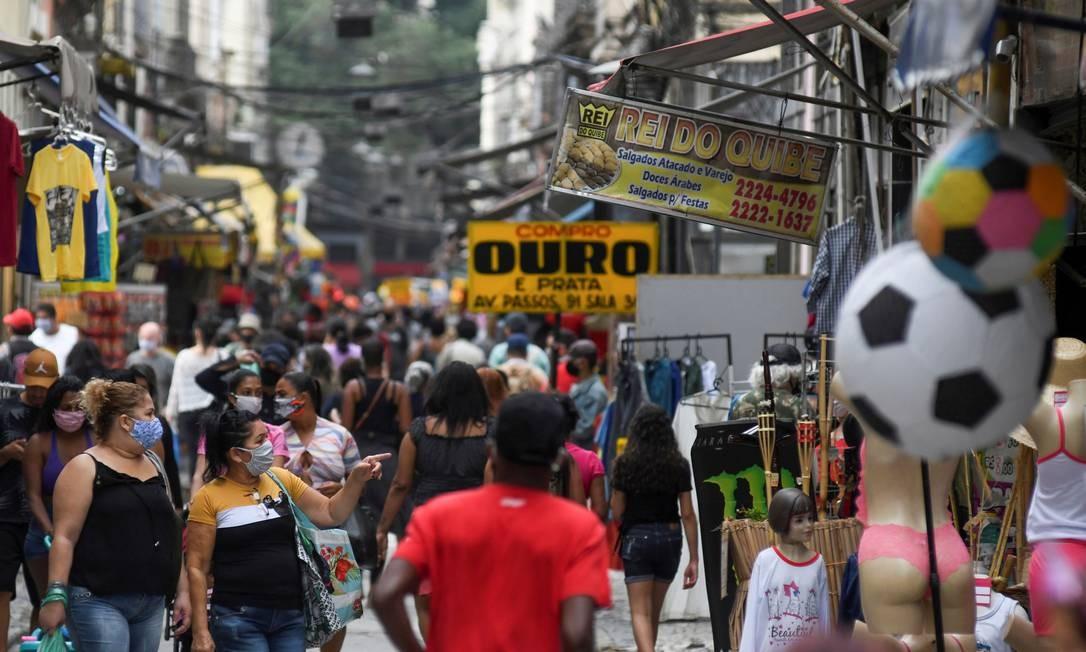Pessoas se aglomeram em rua no Rio na última segunda-feira (29) Foto: LUCAS LANDAU / REUTERS