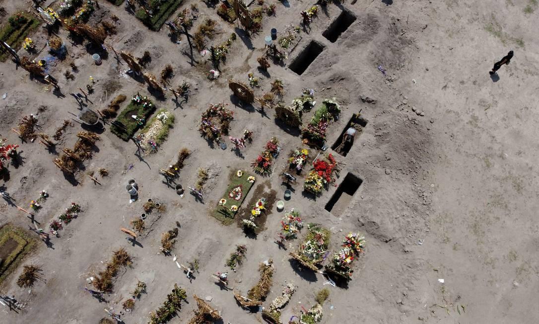 Novas sepulturas são vistas no cemitério de Xico, enquanto o surto dab COVID-19 continua, em Valle de Chalco, México Foto: CARLOS JASSO / REUTERS