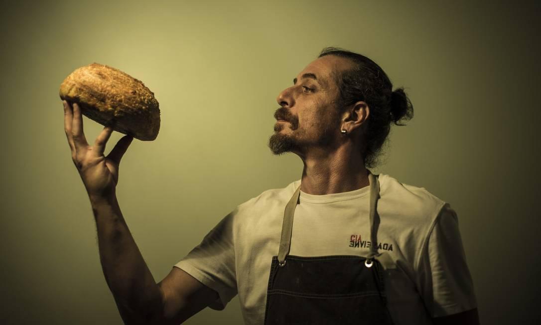 Zé Alex, diretor da Cia de Teatro Enviesada, é também padeiro artesanal Foto: Guito Moreto / Agência O Globo