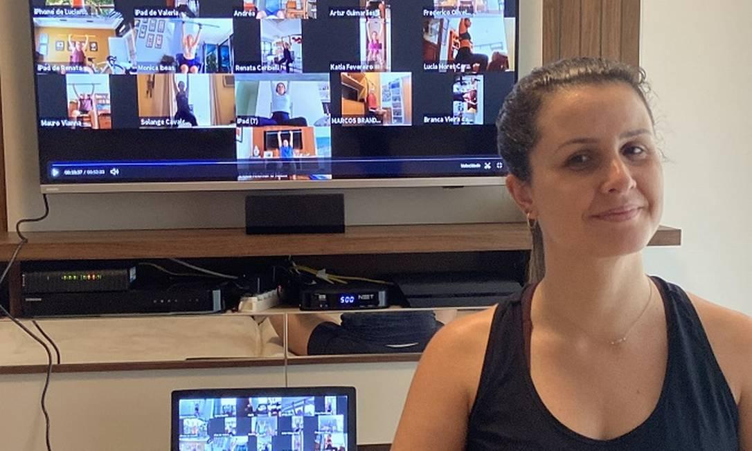 A professora e personal trainer Etianna Botelho transformou a sala de sua casa em uma pequena academia virtual. Foto: Raphaela Ribas