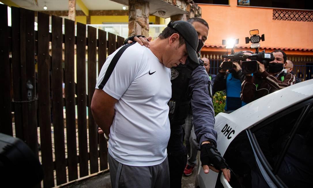 Mad, suspeito por integrar o grupo, foi levado para a Delegacia de Homicídios Foto: Hermes de Paula / Agência O Globo