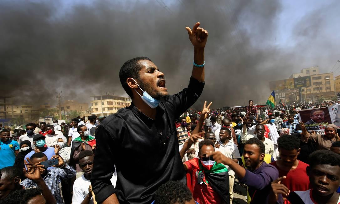 Um manifestante sudanês canta durante um protesto na rua Sixty, no leste da capital Cartum Foto: ASHRAF SHAZLY / AFP