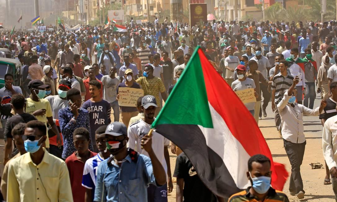 Milhares de pessoas desafiaram toque de recolher decretado pelo governo para conter a disseminação do coronavírus para protestar por reformas e justiça no Sudão. Onda de protestos no ano passado derrubou o presidente Omar al-Bashir, mas a repressão do estado deixou inúmeras vítimas Foto: ASHRAF SHAZLY / AFP