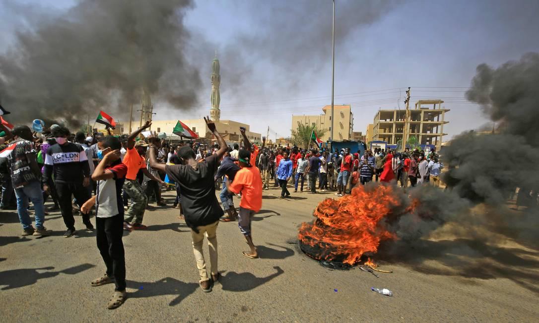 Manifestantes sudaneses queimam pneus durante um protesto na rua Sixty, no leste da capital Cartum Foto: ASHRAF SHAZLY / AFP