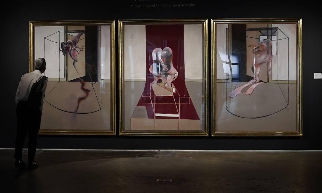 Uma pessoa vê a 'Obra-prima de grandeza trágica', de Francis Bacon, durante uma prévia para a imprensa, em 23 de junho de 2020, do leilão de arte contemporânea da Sotheby's Foto: TIMOTHY A. CLARY / AFP