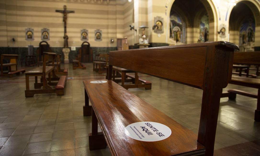 Lugares demarcados nos assentos da Igreja dos Capuchinhos, na Tijuca, Zona Norte do Rio Foto: Gabriel Monteiro / Agência O Globo