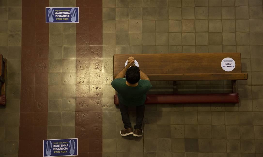 Demarcação de lugares, além de promover o distanciamento, reduz a capacidade do público nos templos, uma das principais exigências das autoridades sanitárias Foto: Gabriel Monteiro / Agência O Globo