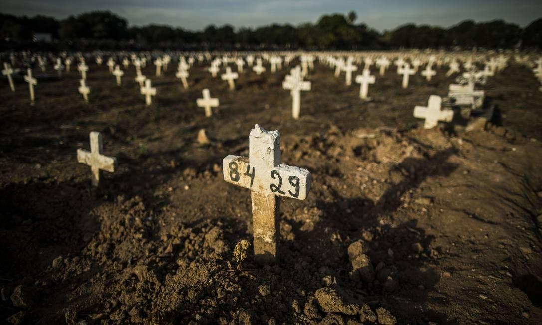 Covas rasas no Cemitério do Caju Foto: Guito Moreto / Agência O Globo