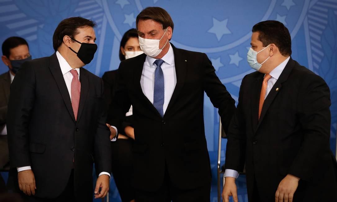 Rodrigo Maia, Jair Bolsonaro e Davi Alcolumbre, durante cerimônia no Palácio do Planalto Foto: Pablo Jacob/Agência O Globo