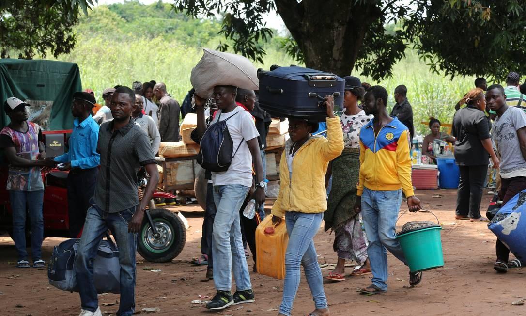 Refugiados da República Democrática do Congo ao cruzar fronteira do país com a Angola Foto: Giulia Paravicini / Reuters