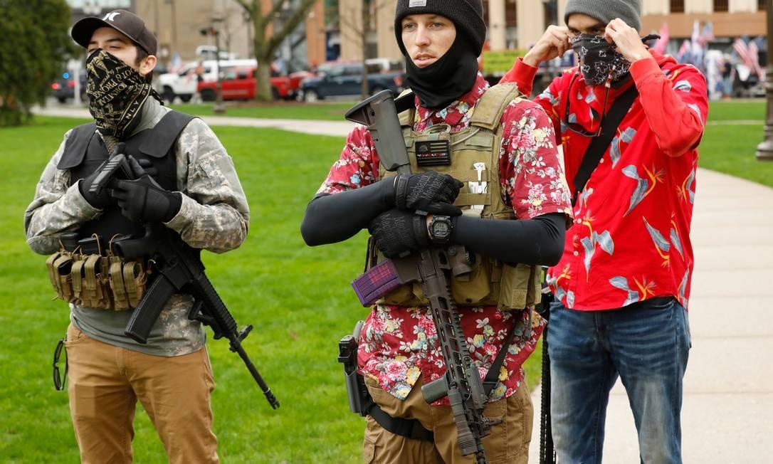 """Homens associados ao movimento """"boogaloo"""" participam de protesto a favor da reabertura do comércio no estado do Michigan, no dia 30 de abril Foto: JEFF KOWALSKY / AFP"""
